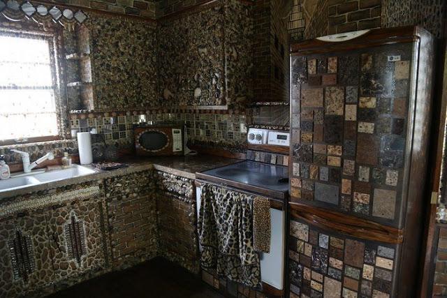 Για 35 χρόνια έφτιαχνε το σπίτι των ονείρων της... Το εσωτερικό του δεν μοιάζει με κανένα από όσα σπίτια έχετε δει μέχρι σήμερα - Φωτογραφία 3