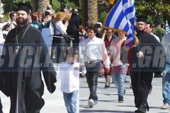 25η Μαρτίου: Ιερείς έκαναν παρέλαση στην Σύρο [video]