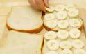 Βάζει κομμένες μπανάνες σε ψωμί για τοστ και φτιάχνει την πιο νόστιμη συνταγή που έχετε δοκιμάσει