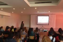 Η Τχης (ΥΝ) Μαριάνθη Πούλιου ενημερώνει τους μαθητές στο 2ο ΓΕΛ Μίκρας για τις στρατιωτικές σχολές