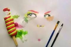 Καλλιτέχνης ζωγραφίζει με παγωτά αντί για μπογιές...
