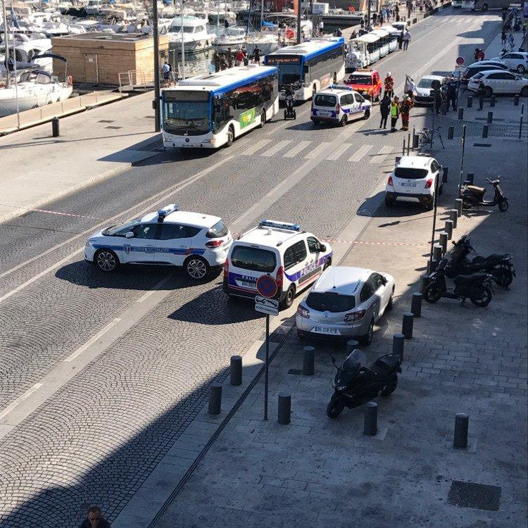 ΕΚΤΑΚΤΟ-Alert! Αυτοκίνητο έπεσε σε δύο στάσεις λεωφορείων στην Μασσαλία - Ένας νεκρός - Φωτογραφία 2