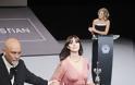 Μόνικα Μπελούτσι: Σαγηνευτική, με αέρινη τουαλέτα παρέλαβε το βραβείο της
