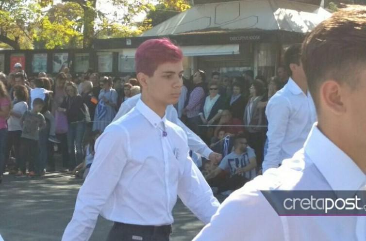 Ηράκλειο: Παρέλαση με τζιν, δερμάτινο κολάν και… βαμμένα κόκκινα μαλλιά - Φωτογραφία 1