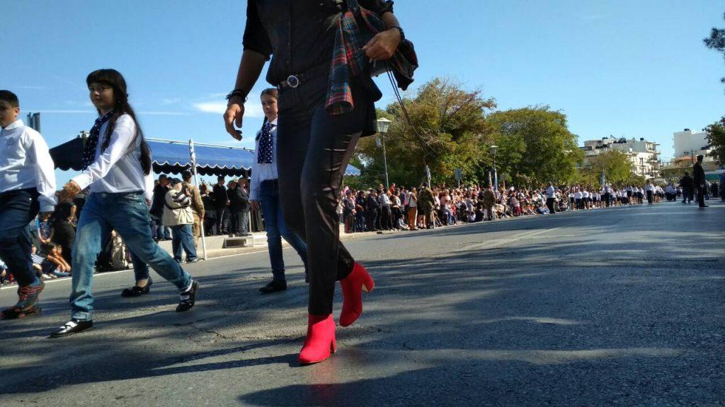 Ηράκλειο: Παρέλαση με τζιν, δερμάτινο κολάν και… βαμμένα κόκκινα μαλλιά - Φωτογραφία 11
