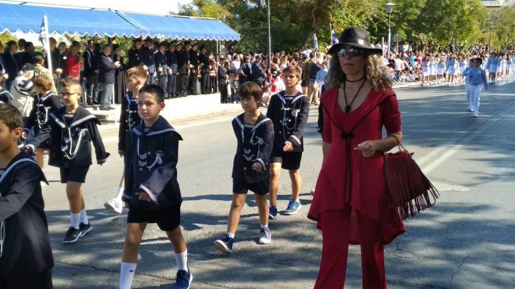 Ηράκλειο: Παρέλαση με τζιν, δερμάτινο κολάν και… βαμμένα κόκκινα μαλλιά - Φωτογραφία 15