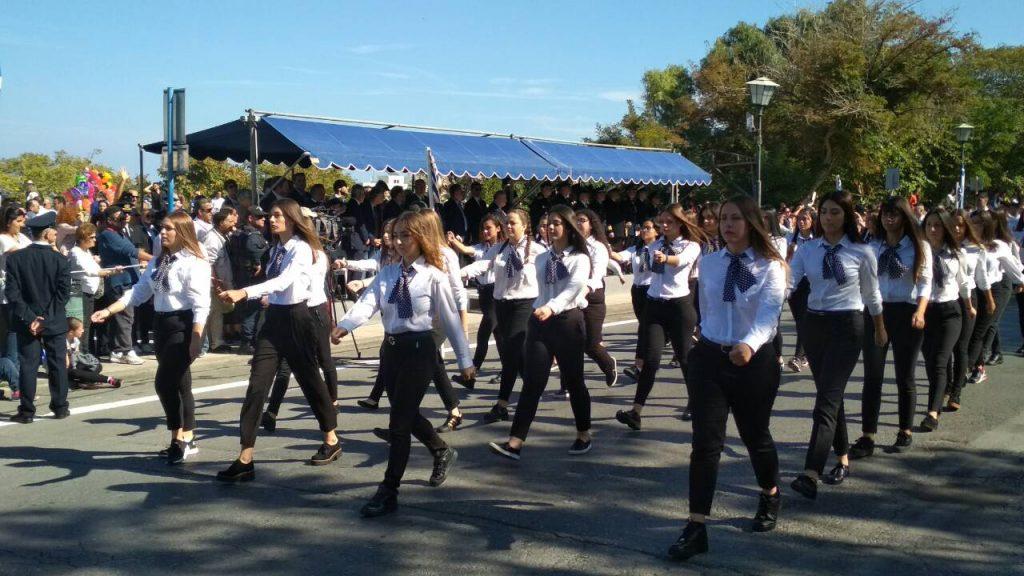 Ηράκλειο: Παρέλαση με τζιν, δερμάτινο κολάν και… βαμμένα κόκκινα μαλλιά - Φωτογραφία 4