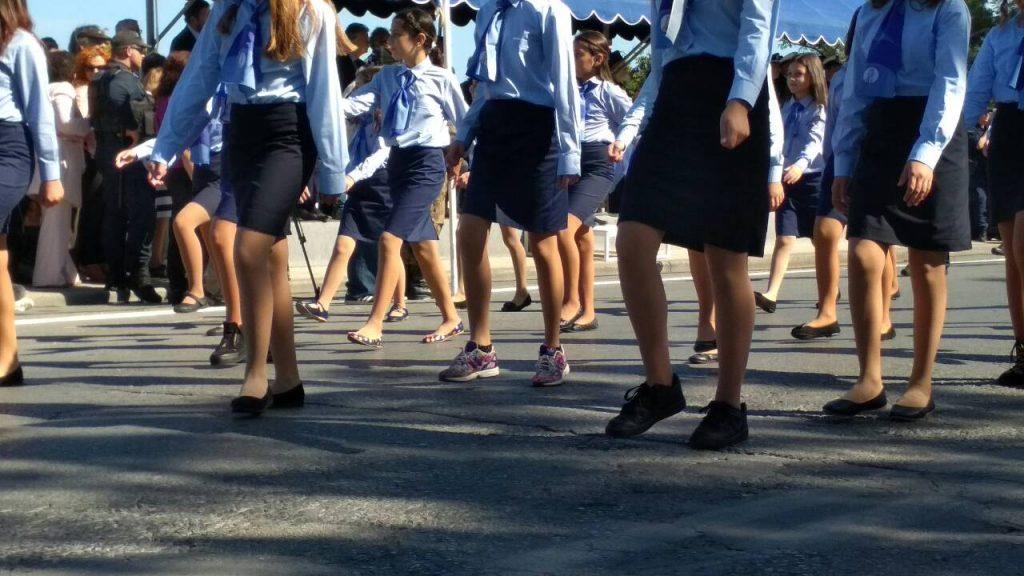 Ηράκλειο: Παρέλαση με τζιν, δερμάτινο κολάν και… βαμμένα κόκκινα μαλλιά - Φωτογραφία 7