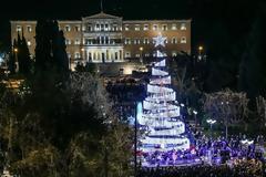 «Άναψε» το Χριστουγεννιάτικο δέντρο στο Σύνταγμα (ΦΩΤΟ)