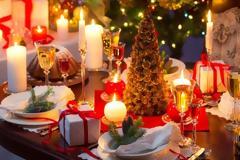 Πώς θα στρώσετε το πιο εντυπωσιακό γιορτινό τραπέζι [photos]