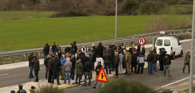 Αγροτικό συλλαλητήριο στον κόμβο Κουβαρά (ΔΕΙΤΕ ΦΩΤΟ) - Φωτογραφία 1