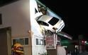 Καρέ καρέ πως «καρφώθηκε» το… «ιπτάμενο» αυτοκίνητο στον πρώτο όροφο κτιρίου [pics, vids] - Φωτογραφία 2