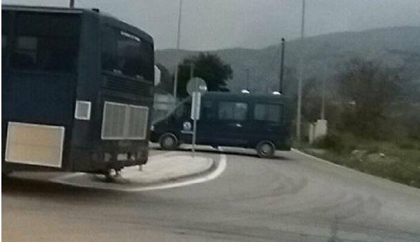 Ανακωχή αστυνομίας με τους κατοίκους της Χίου μέχρι τη δικαστική απόφαση για τους οικίσκους στο hotspot της  ΒΙΑΛ [Εικόνες] - Φωτογραφία 3
