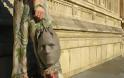 ΤΡΟΜΑΚΤΙΚΟ: Γιατί κουβαλάει τσάντα - ανθρώπινο κεφάλι; [photos]