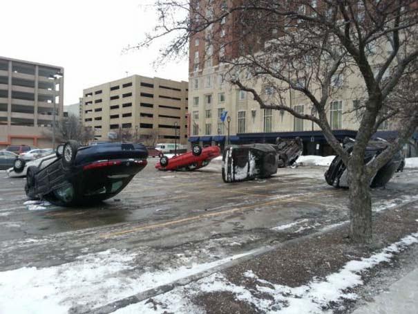 Κάτι πολύ περίεργο συμβαίνει σε parking αυτοκινήτων [photos] - Φωτογραφία 1