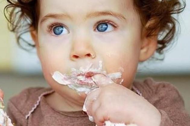 Γιατί πρέπει να αφήνουμε το μωρό να τρώει με τα χέρια; - Φωτογραφία 1