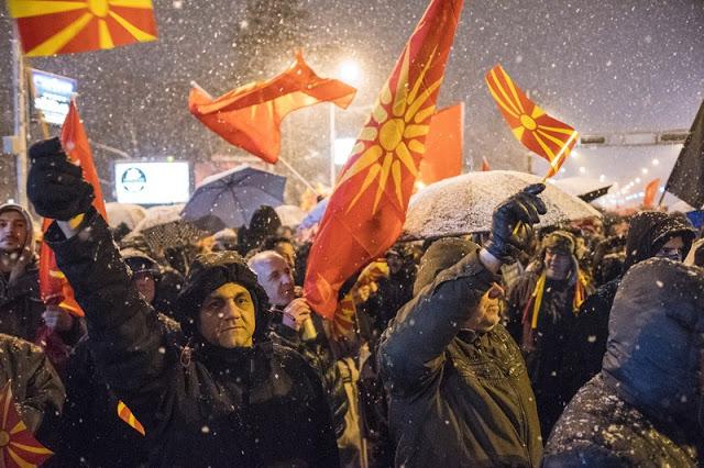 Μεγάλη πρόκληση από Σκοπιανούς εθνικιστές..Έκαψαν την ελληνική σημαία σε διαδήλωση για την ονομασία της χώρας τους - Φωτογραφία 2