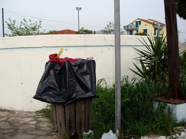Αμάζευτοι πολλοί κάδοι με σκουπίδια στον Μύτικα. - Φωτογραφία 3