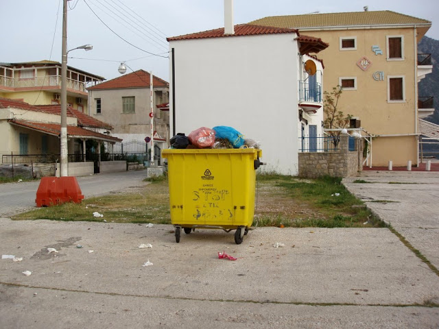 Αμάζευτοι πολλοί κάδοι με σκουπίδια στον Μύτικα. - Φωτογραφία 6