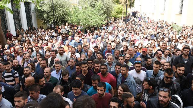 Οργή λαού στα Δικαστήρια Ευελπίδων: Πέταξαν καφέδες και γιαούρτια στους αστυνομικούς για τους συλληφθέντες στο άγαλμα του Τρούμαν! (ΦΩΤΟ & ΒΙΝΤΕΟ) - Φωτογραφία 3