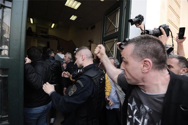 Οργή λαού στα Δικαστήρια Ευελπίδων: Πέταξαν καφέδες και γιαούρτια στους αστυνομικούς για τους συλληφθέντες στο άγαλμα του Τρούμαν! (ΦΩΤΟ & ΒΙΝΤΕΟ) - Φωτογραφία 4