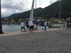 Λευκάδα: Ιστιοφόρο κόλλησε μέσα στο λιμάνι της Βασιλικής (ΔΕΙΤΕ ΦΩΤΟ) - Φωτογραφία 1
