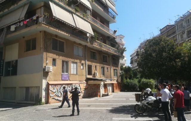 Αστυνομία: Ο ανήλικος στο Αγρίνιο έβγαλε το βρέφος έξω από τα κάγκελα του μπαλκονιού - Φωτογραφία 1