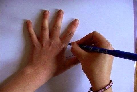Αρχίζει να ζωγραφίζει το χέρι της με ένα στυλό - Σας μοιάζει βαρετό; Για δείτε το μέχρι το τέλος! [video] - Φωτογραφία 1