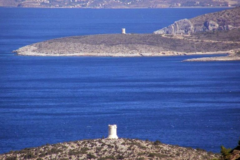 Τι είναι οι κυλινδρικοί πύργοι που δεσπόζουν σε όλη την ακτογραμμή της Χίου [video] - Φωτογραφία 1
