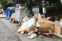 Σε ασφυξία το λεκανοπέδιο: Πάνω από 16.000 τόνοι απορρίμματα στους δρόμους