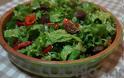Η συνταγή της Ημέρας: Σαλάτα με χωριάτικο λουκάνικο αρωματισμένο με μέλι και τσίπουρο