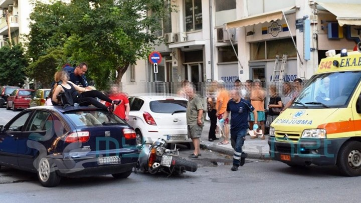 Σοκαριστικό τροχαίο: Γυναίκα κατέληξε στην... οροφή αυτοκινήτου μετά από σύγκρουση [photos] - Φωτογραφία 1