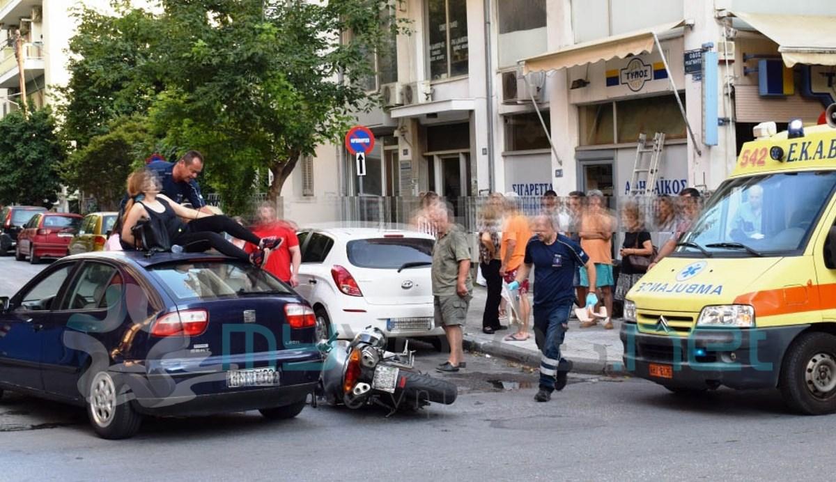 Σοκαριστικό τροχαίο: Γυναίκα κατέληξε στην... οροφή αυτοκινήτου μετά από σύγκρουση [photos] - Φωτογραφία 6