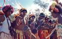 Εικόνες - ΣΟΚ! Φυλή στην Παπούα κάνει τα... σημάδια του κροκόδειλου με ΞΥΡΑΦΙ για να... [photos]