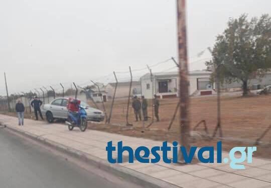 ΠΡΙΝ ΛΙΓΟ: ΙΧ κατέληξε σε φράκτη στρατοπέδου στη δυτική Θεσσαλονίκη (ΦΩΤΟ) - Φωτογραφία 2