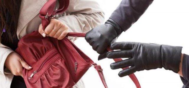Χτύπησαν» τσαντάκηδες στο Αγρίνιο: Αφαίρεσαν βιαίως την τσάντα 60χρονης και την τραυμάτισαν - Φωτογραφία 1
