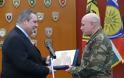 ''Δώρο Μητροπολίτη στον Πάνο Καμμένο από το Στρατηγό Ζερβάκη''