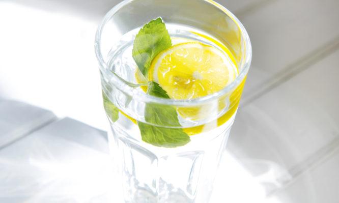 Τι κερδίζετε αν ξεκινάτε την ημέρα σας πίνοντας νερό με λεμόνι - Φωτογραφία 1