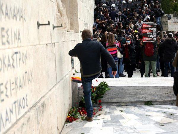 Ποδοπάτησαν και κατέστρεψαν το στεφάνι της Μέρκελ στον Άγνωστο Στρατιώτη - Φωτογραφία 2