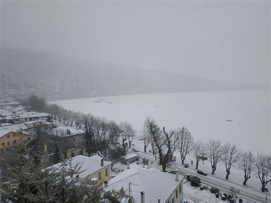 Πάγωσε η λίμνη της Καστοριάς - Φωτογραφία 2
