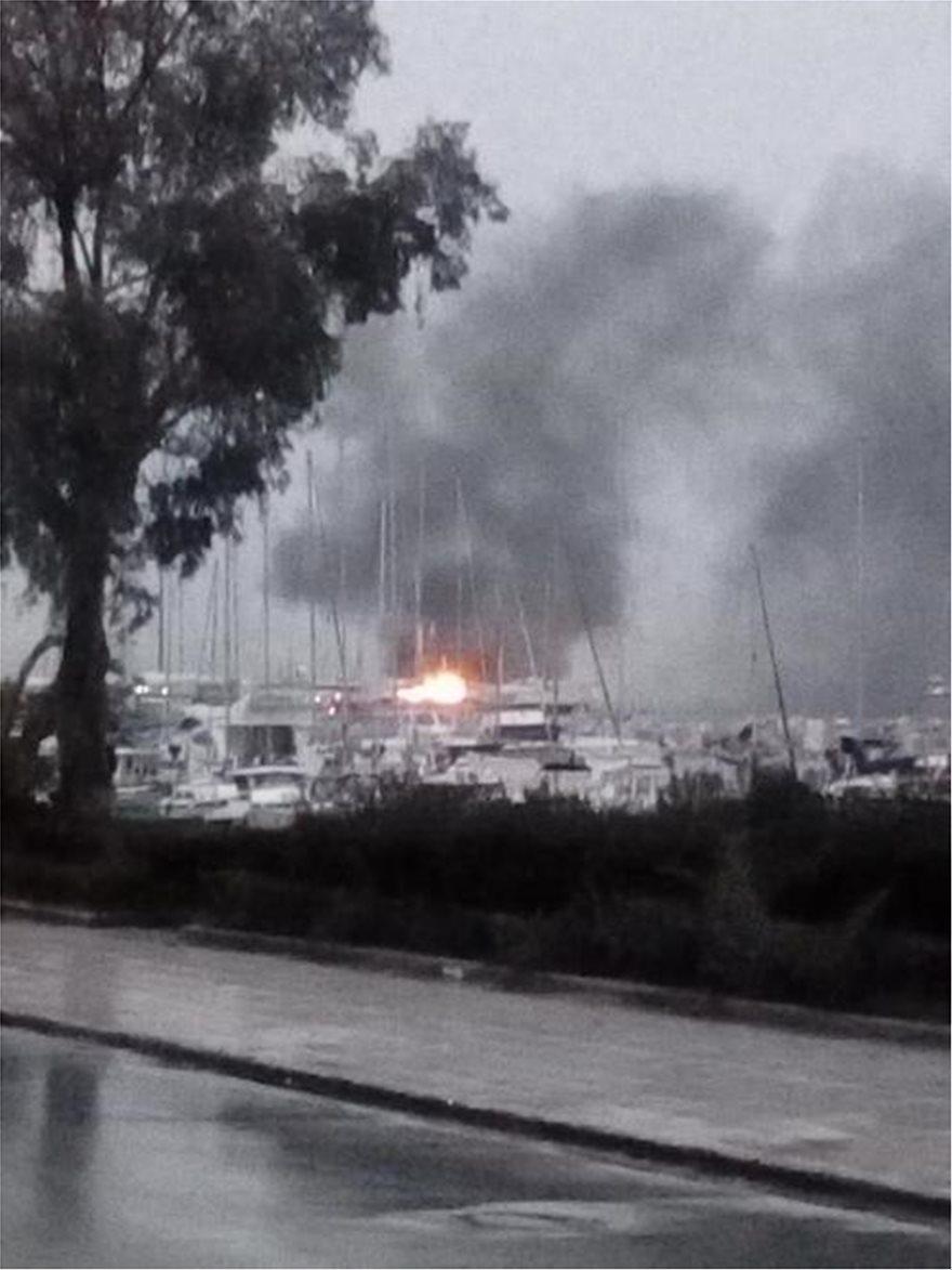Πάτρα: Καίγονται ιστιοφόρα στην πύλη 7 του παλιού λιμανιού - Φωτογραφία 1
