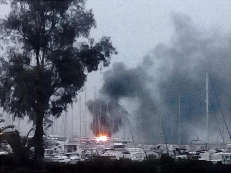 Πάτρα: Καίγονται ιστιοφόρα στην πύλη 7 του παλιού λιμανιού - Φωτογραφία 2