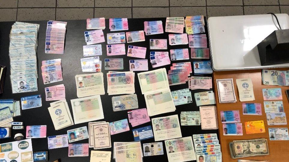 Εξαρθρώθηκε συμμορία αλλοδαπών που πλαστογραφούσε διαβατήρια στο κέντρο της Αθήνας - Φωτογραφία 1