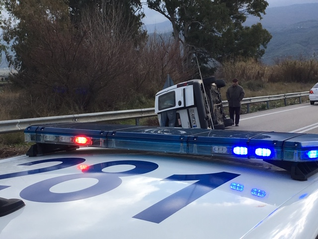 Ανατροπή αυτοκινήτου στην εθνική οδό στο Αγρίνιο- σώος ο οδηγός (φωτο) - Φωτογραφία 11