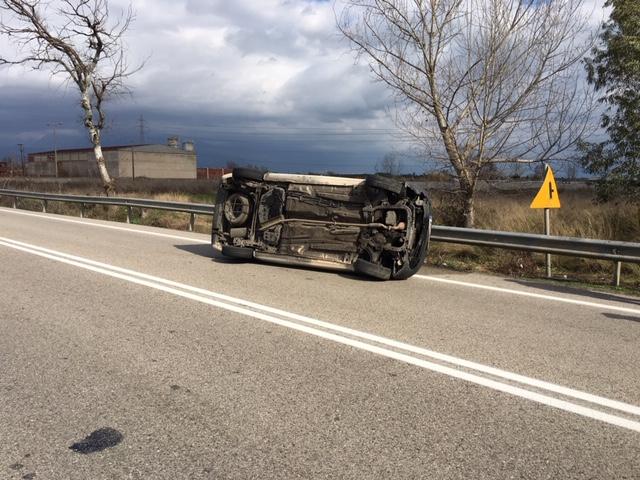 Ανατροπή αυτοκινήτου στην εθνική οδό στο Αγρίνιο- σώος ο οδηγός (φωτο) - Φωτογραφία 12