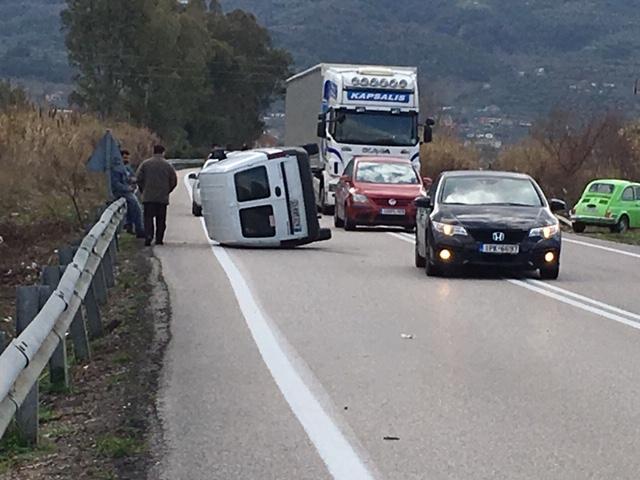 Ανατροπή αυτοκινήτου στην εθνική οδό στο Αγρίνιο- σώος ο οδηγός (φωτο) - Φωτογραφία 2