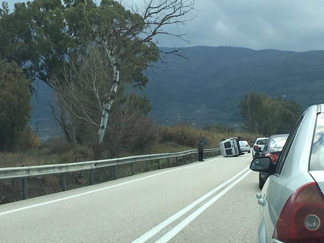 Ανατροπή αυτοκινήτου στην εθνική οδό στο Αγρίνιο- σώος ο οδηγός (φωτο) - Φωτογραφία 5