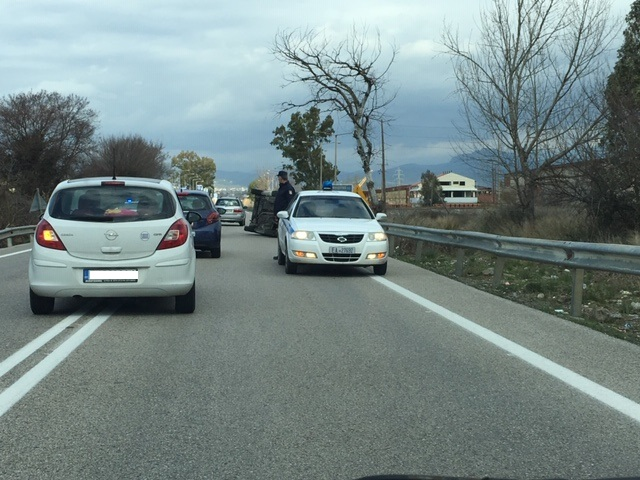 Ανατροπή αυτοκινήτου στην εθνική οδό στο Αγρίνιο- σώος ο οδηγός (φωτο) - Φωτογραφία 6