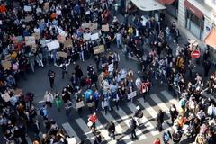 Στους δρόμους οι μαθητές για το κλίμα - «Ζεστάνετε τις καρδιές, όχι τον πλανήτη»