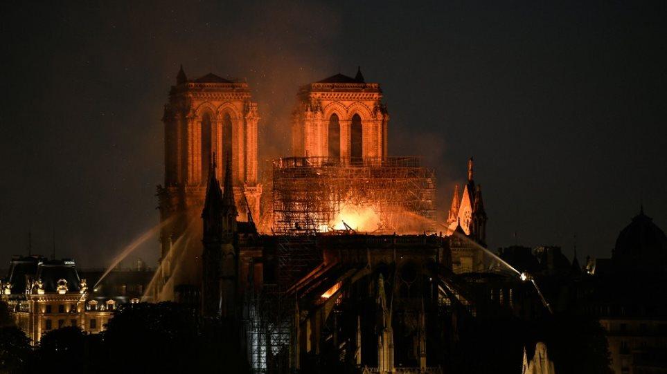 Παναγία των Παρισίων: Τεράστια καταστροφή - Σώθηκαν το κύριο κτίσμα και οι πύργοι - Φωτογραφία 1